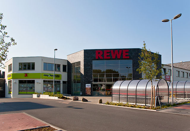 Vor dem REWE-Markt und der Apotheke in der Schützenstrasse