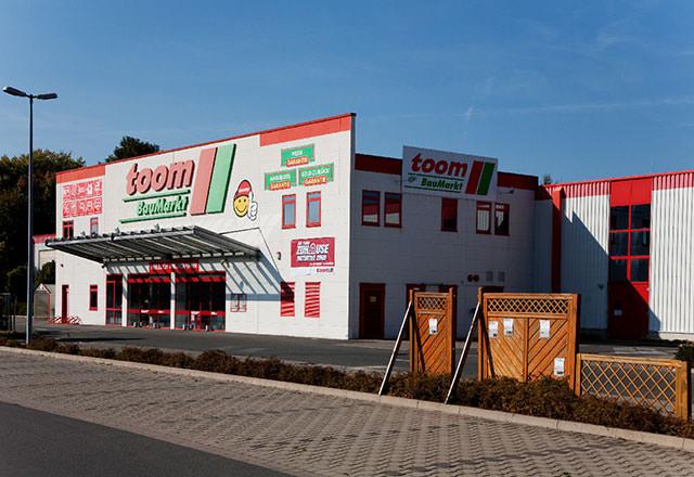 Ansicht des Toom-Baumarktes in Lügde von rechts