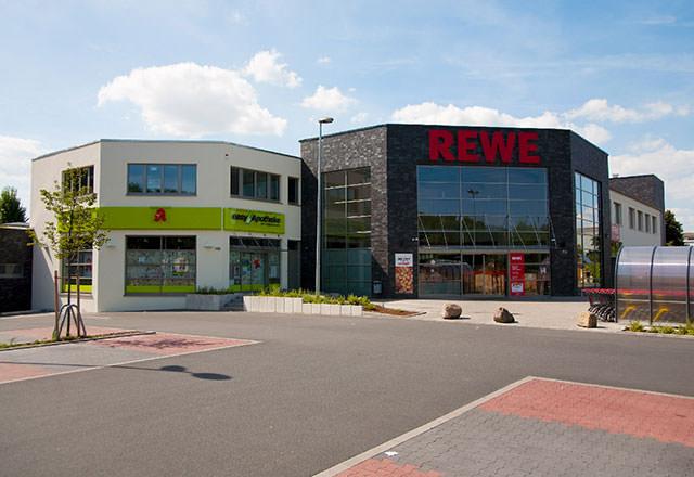 REWE-Markt und Apotheke